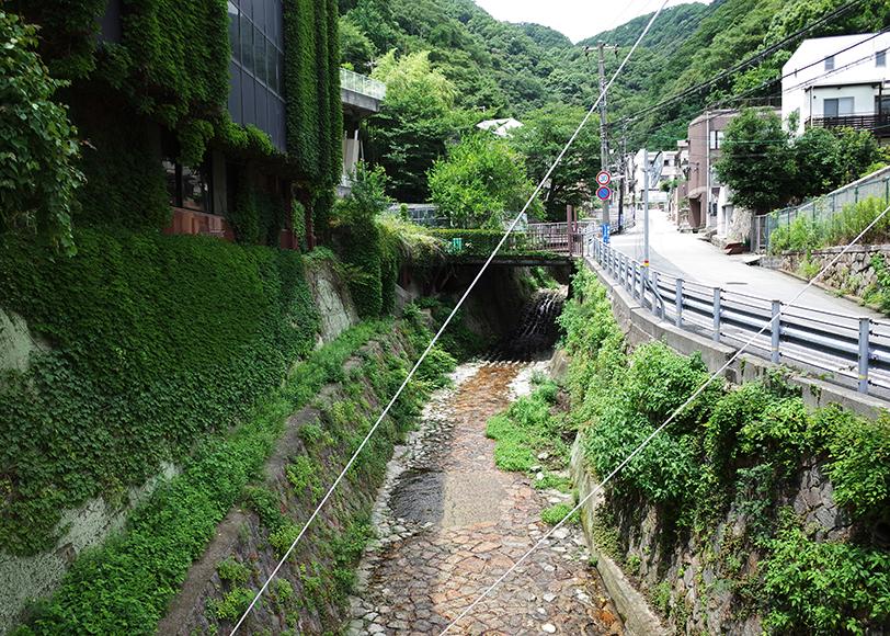 「新神戸駅」向こう岸のアパート