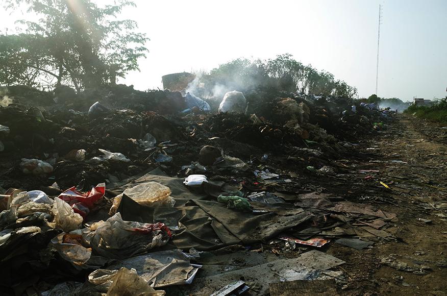 プノンペン ゴミの道